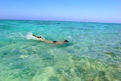 Hombre el las vacaciones que bucean en el mar Foto de archivo libre de regalías