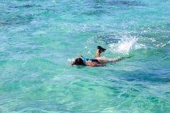 Hombre el las vacaciones que bucean en el mar Fotos de archivo libres de regalías