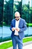 Hombre elegante al aire libre fotografía de archivo libre de regalías
