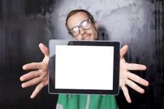 Hombre elegante apuesto del empollón con el ordenador de la tablilla Foto de archivo libre de regalías