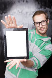 Hombre elegante apuesto del empollón con el ordenador de la tablilla Fotografía de archivo libre de regalías