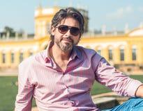 Hombre elegante atractivo en gafas de sol Un businessma adulto hermoso y encantador Fotografía de archivo