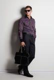 Hombre elegante con un bolso Mirada impresionante fotos de archivo