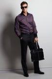 Hombre elegante con un bolso Mirada impresionante foto de archivo libre de regalías