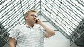 Hombre elegante del teléfono que invita al teléfono móvil en la noche en ciudad Hombre de negocios joven hermoso que habla en la  metrajes