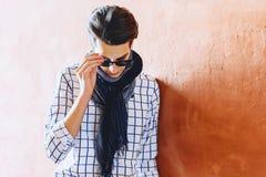 Hombre elegante en gafas de sol en la calle foto de archivo