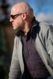 Hombre elegante en gafas de sol que goza del sol Fotografía de archivo libre de regalías