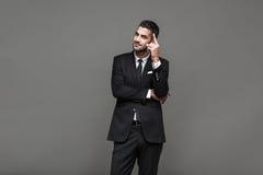 Hombre elegante hermoso en fondo gris imagen de archivo