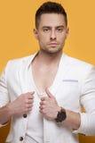 Hombre elegante hermoso en la chaqueta blanca Imagen de archivo libre de regalías