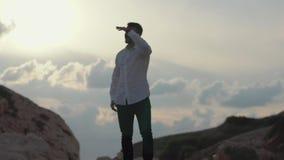 Hombre elegante hermoso en la situaci?n de lujo del pa?o en las rocas y waching una visi?n asombrosa chipre Paphos almacen de metraje de vídeo