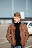 Hombre elegante hermoso joven en chaqueta marrón en el tiempo del otoño al aire libre en estilo sport Fotografía de archivo libre de regalías
