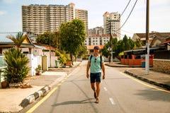 Hombre elegante joven al aire libre que camina en la ciudad asiática imagen de archivo