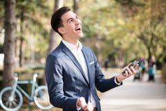 Hombre elegante joven con smartphone al aire libre fotografía de archivo libre de regalías
