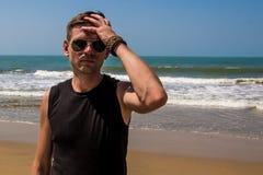Hombre elegante joven en la playa del Mar Arábigo Imágenes de archivo libres de regalías