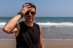 Hombre elegante joven en la playa del Mar Arábigo Foto de archivo libre de regalías