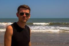 Hombre elegante joven en la playa del Mar Arábigo Fotos de archivo