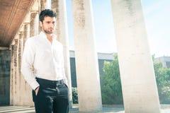 Hombre elegante joven hermoso al aire libre Nervioso y pensativo Foto de archivo