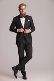 Hombre elegante joven que cierra chaqueta Fotografía de archivo
