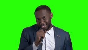Hombre elegante joven que habla en el micrófono almacen de metraje de vídeo