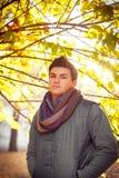 Hombre elegante joven que se coloca debajo de un árbol Fotos de archivo libres de regalías