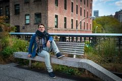 Hombre elegante joven que se relaja con la opinión sobre edificios foto de archivo libre de regalías