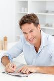 Hombre elegante que hace un crucigrama secreto Foto de archivo libre de regalías