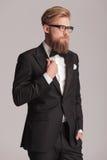 Hombre elegante que lleva a cabo una mano en su bolsillo Foto de archivo libre de regalías