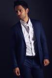 Hombre elegante que lleva un traje azul Imagenes de archivo