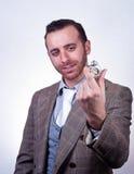 Hombre elegante que mira su reloj de bolsillo viejo imagen de archivo libre de regalías