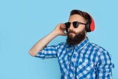 Hombre elegante que presenta en auriculares Fotografía de archivo libre de regalías