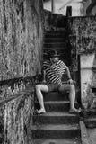 Hombre elegante que se sienta en los pasos Imagen de archivo libre de regalías