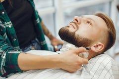Hombre elegante que se sienta en una barbería imágenes de archivo libres de regalías