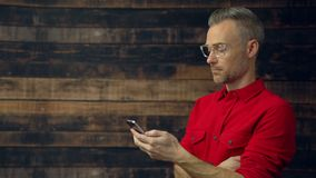 Hombre elegante que usa el dispositivo de bolsillo almacen de metraje de vídeo