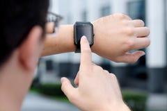 Hombre elegante y de moda adulto que comprueba su outdoo del smartwatch Fotografía de archivo