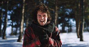 Hombre emocionado el día de invierno delante de la cámara en una sonrisa muy carismática de invierno grande delante de la cámara metrajes