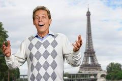 Hombre emocionado en fondo de la torre Eiffel imagen de archivo