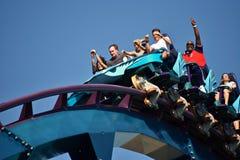 Hombre emocionado en paseo del roller coaster en el parque temático de Seaworld en área internacional de la impulsión imagenes de archivo