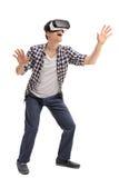 Hombre emocionado que experimenta realidad virtual Imágenes de archivo libres de regalías