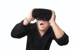 Hombre emocionado que usa los vidrios de una realidad virtual de VR Imágenes de archivo libres de regalías