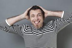 Hombre emocionado 40s que frunce el ceño para la desilusión de la diversión fotografía de archivo