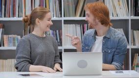 Hombre emocionado y mujer que reaccionan al éxito en el trabajo en oficina metrajes