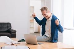 Hombre emocional alegre que levanta sus manos fotografía de archivo libre de regalías