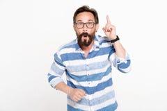 Hombre emocional que destaca su finger mientras que consigue buena idea fotografía de archivo libre de regalías