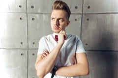 Hombre emocional serio atractivo joven en la camisa y la mantequilla blancas foto de archivo libre de regalías