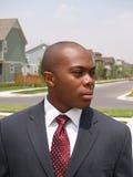Hombre en área suburbana imagen de archivo