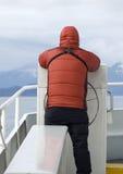 Hombre en abajo abrigo esquimal en el barco de Alaska Fotografía de archivo