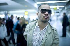 Hombre en aeropuerto Imagen de archivo libre de regalías