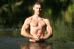 Hombre en agua. Imagen de archivo