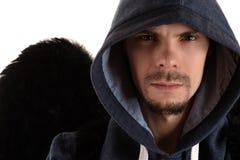 Hombre en ala encapuchada y negra gris del hombro derecho Imagen de archivo libre de regalías