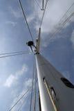 Hombre en alto y cielo azul Imagenes de archivo